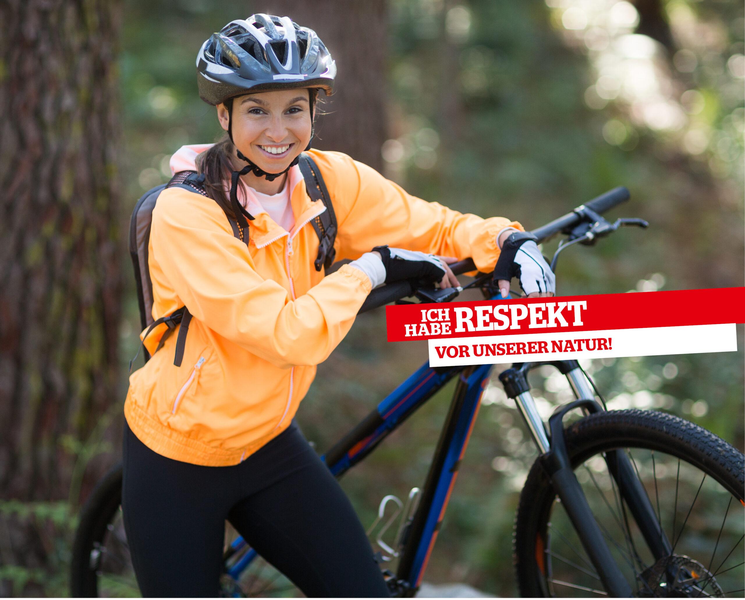Frau Steht Neben Ihrem Mountainbike Im Wald.